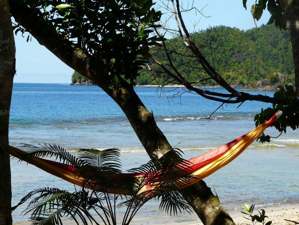 Indonesie-hamac-plage-detente