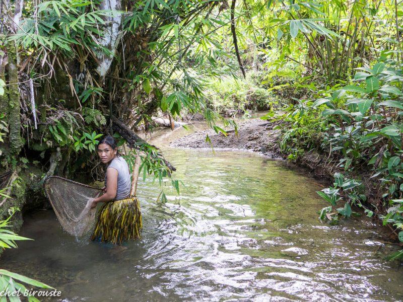 Indonesie-sumatra-riviere-peche-traditionnelle-femme